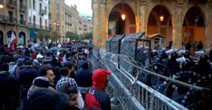 بيروت تنعم بهدوء نسبي بعد حرق مخيم الاعتصام وإصابة عشرات المحتجين في صدامات مع قوى الأمن اللبناني