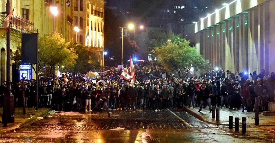 مواجهات في بيروت بين قوات الأمن ومحتجين في اليوم المئة منذ اندلاع الثورة الشعبية ضد السلطة الفاسدة