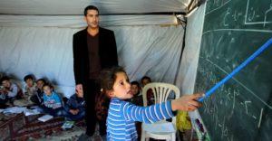 """جهود لتعليم الأطفال السوريين في المخيمات و""""يونيسف"""" تحذر من أن الحرب ستترك جيلا لم يلتحق بالمدارس"""